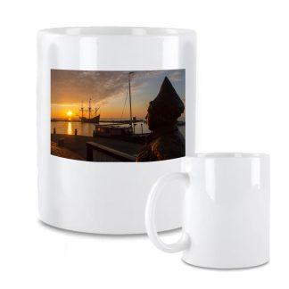 Koffiemok met zonsopkomst in Volendam